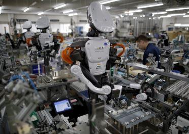 Un robot llamado Nextage trabaja codo con codo con los humanos